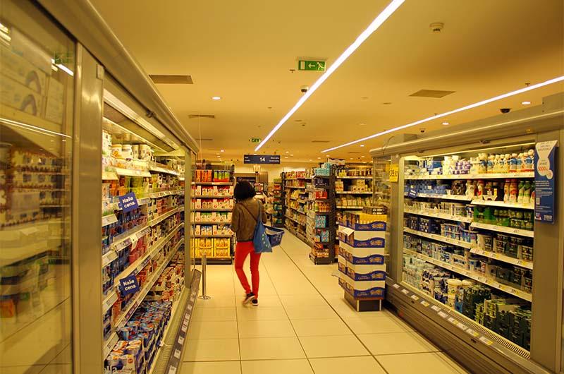 Классический супермаркет в Праге. Это супермаркет Теско (Tesco).