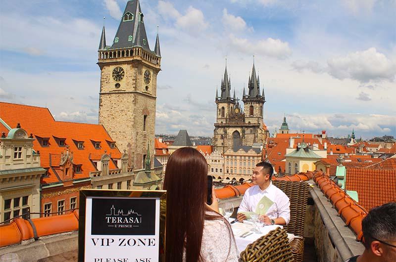 Вид с террасы ресторана на Староместскую площадь.