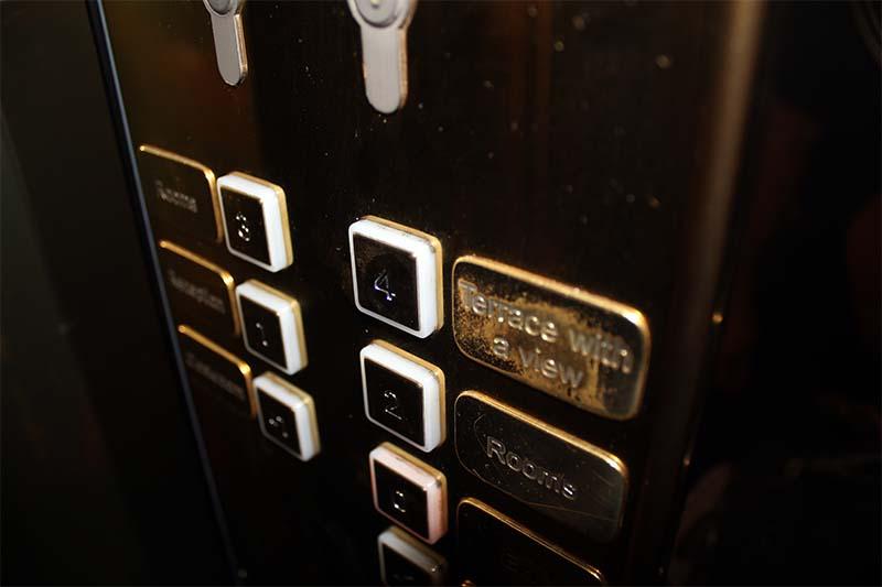 """В лифте надо нажать на кнопку 4-го этажа. Рядом с ней - табличка """"Terracce with a viev"""" (Терраса с видом)."""