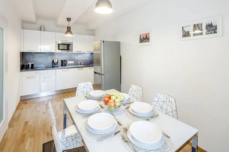 Вот такая кухня может быть. Это в квартире, снятой за 18 евро в сутки в районе Жижков.